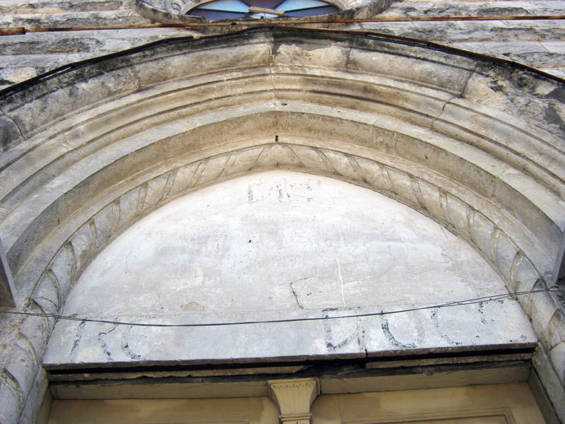 Le scritte riemerse sotto l'intonaco del timpano della cappella