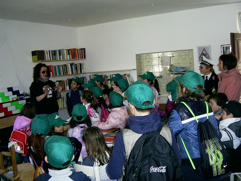 I bambini della scuola elementare in visita alla biblioteca