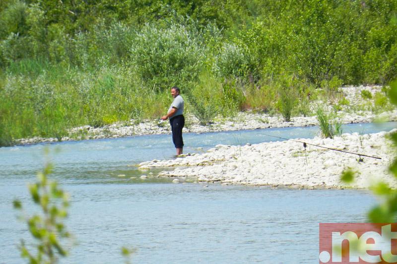 Un pescatore sulle sponde del Trigno
