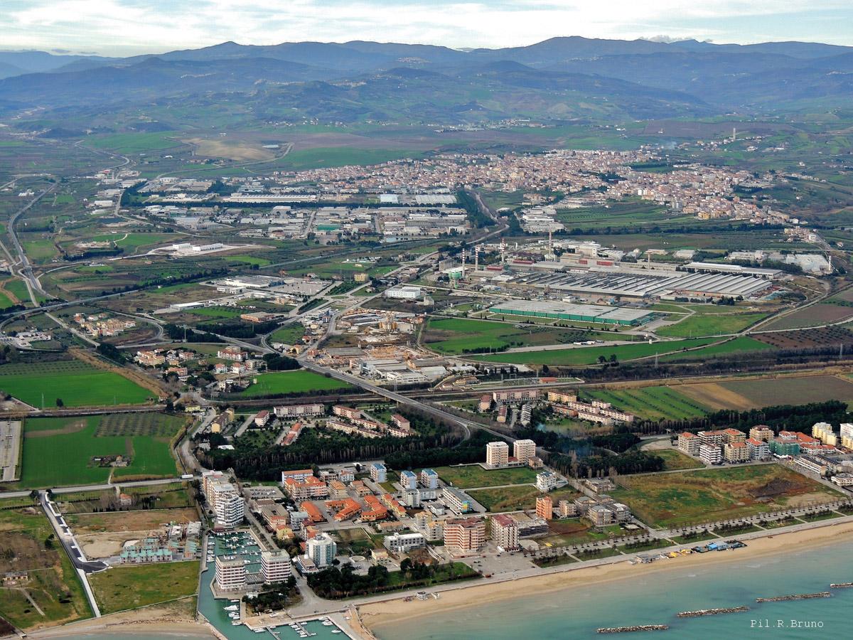 La zona industriale di San Salvo, foto Roberto Bruno)