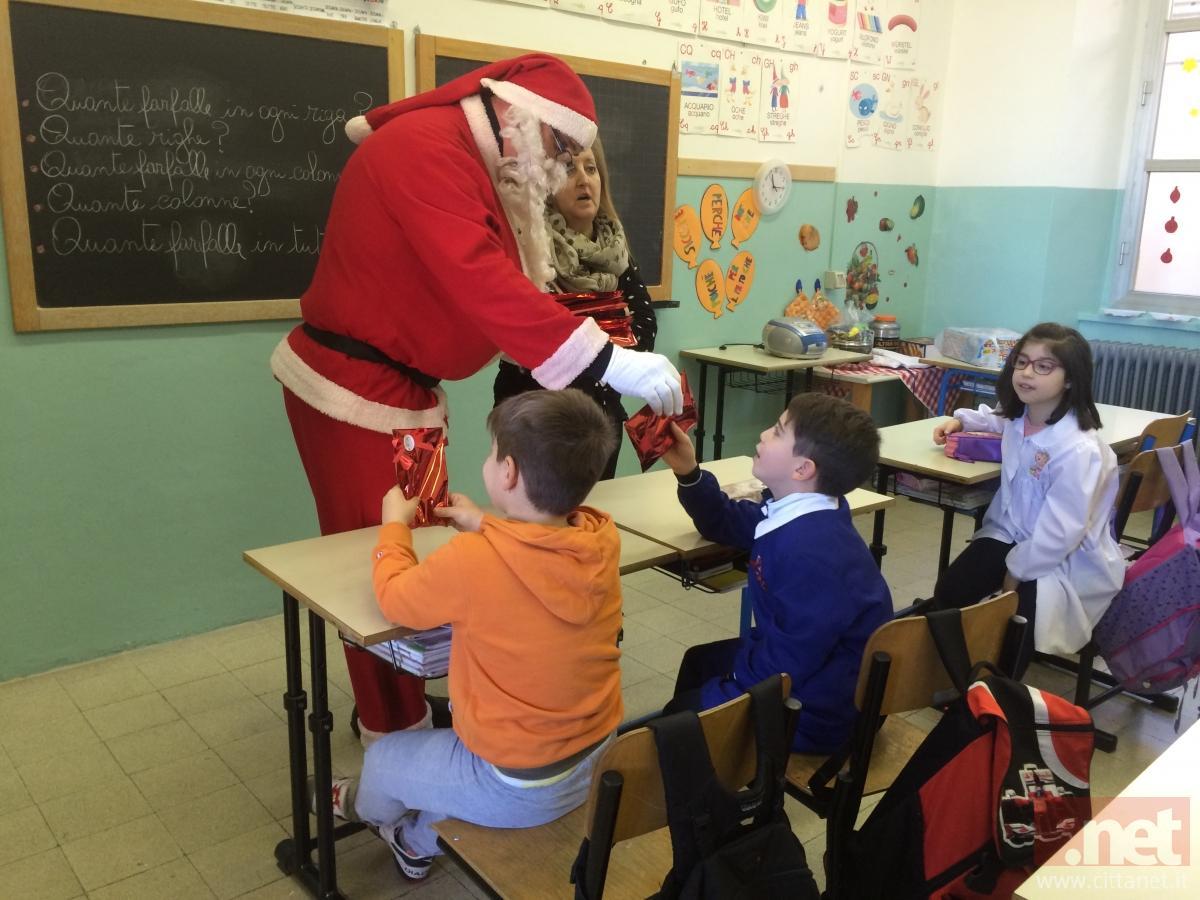 Monteodorisio babbo natale consegna i regali ai bambini - Babbo natale porta i regali ai bambini ...