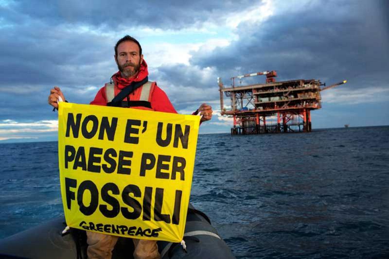 Uno scatto del 'blitz' di Greenpeace davanti la costa teatina