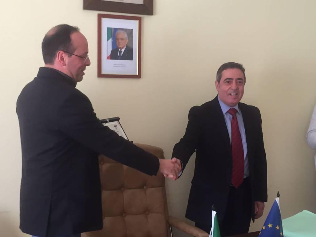 Maurizio Lioci, sulla destra, stringe la mano al sindaco di Furci Angelo Marchione